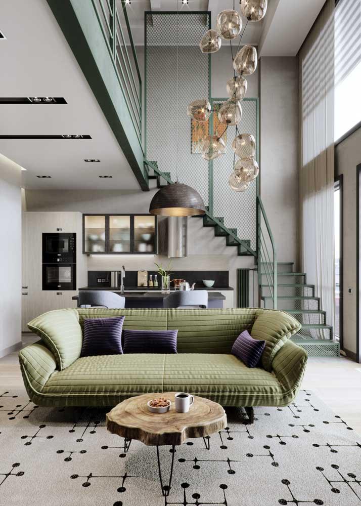 Olha a combinação entre verde musgo e roxo aí! Repare como a simples presença das almofadas já foi suficiente para criar uma decoração mais ousada