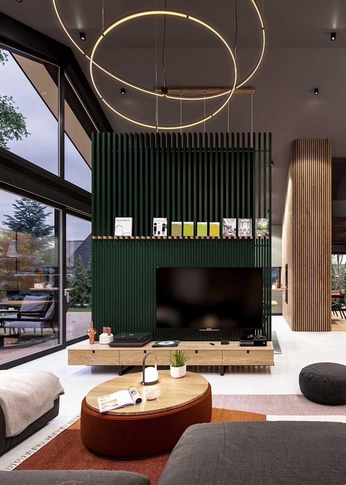 Painel de TV feito com ripas de madeira pintadas em verde musgo: proposta diferente e original