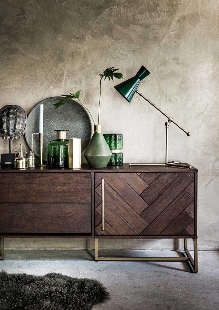 Detalhes decorativos em verde musgo para contrastar os tons sóbrios e neutros do ambiente