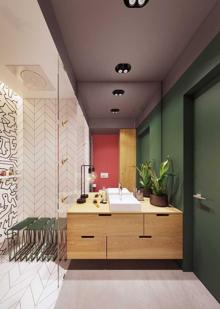 Banheiro color block em tons de roxo, verde musgo e vermelho