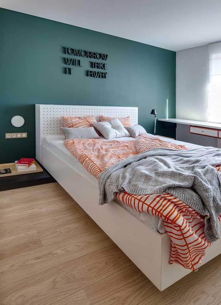 Um tom sólido e marcante de verde musgo para a parede do quarto do casal