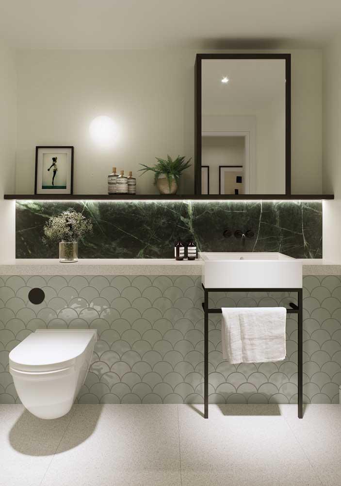Faixa de mármore verde musgo na parede do banheiro; detalhe nobre e elegante que faz toda a diferença