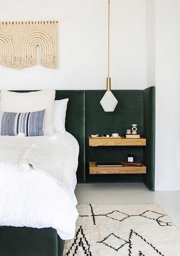 Um luxo essa cabeceira de cama verde musgo em veludo que se estende até a parede lateral