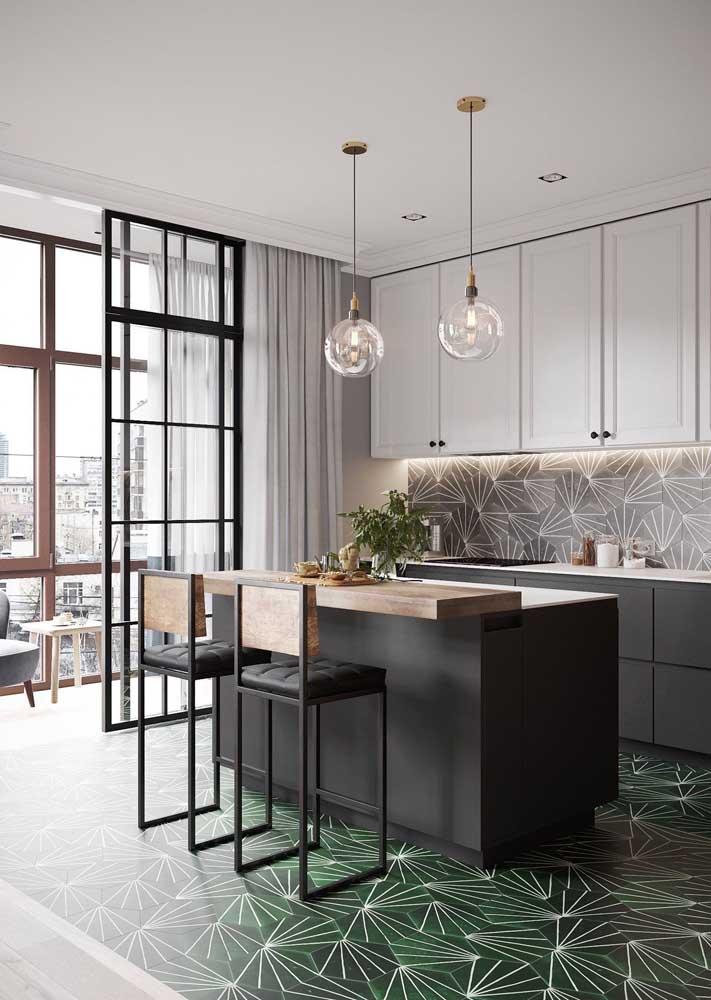 Que tal levar o verde musgo para o revestimento do chão da cozinha?
