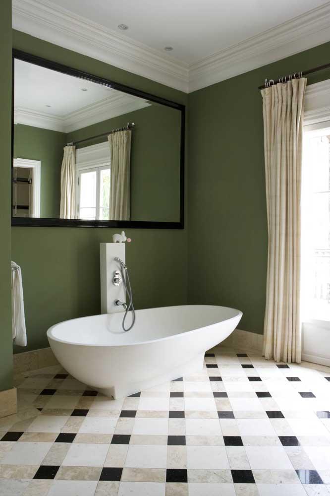 Banheiro com parede verde musgo em contraste com os tons neutros e suaves de bege