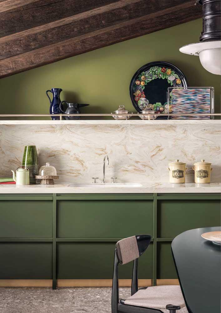 Verde musgo e verde oliva dividem espaço nessa cozinha