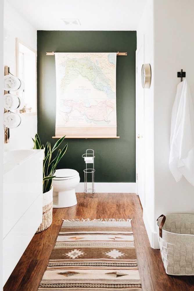 O lavabo branco com detalhes em madeira acertou em cheio ao escolher a parede verde musgo; o conjunto ficou acolhedor e confortável