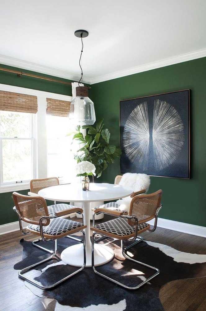 Tons que remetem a natureza são sempre acolhedores e aconchegantes, como é o caso dessa sala de jantar em verde musgo e tons amadeirados