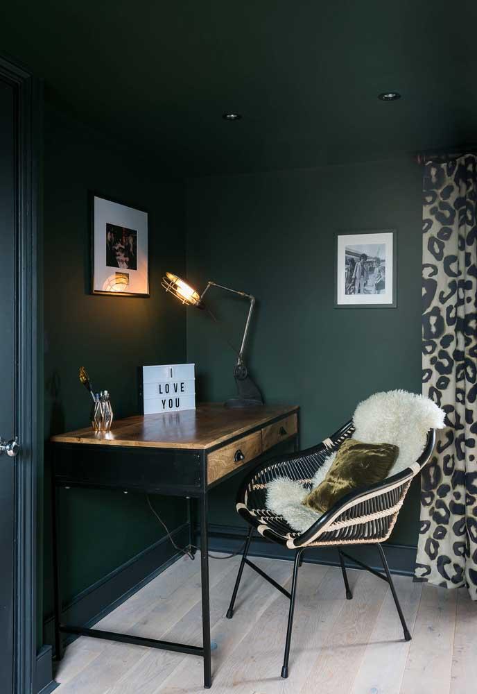 Cheio de classe e estilo, esse home office soube usar como ninguém o verde musgo nas paredes