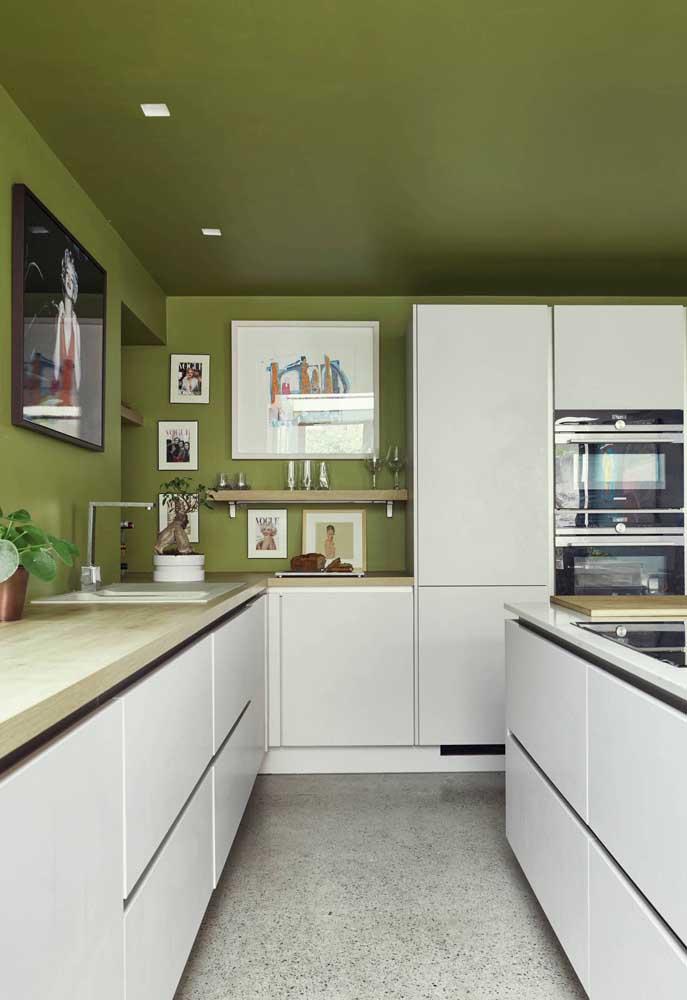 Verde musgo no teto e nas paredes: conte com uma boa dose de iluminação natural para criar esse efeito