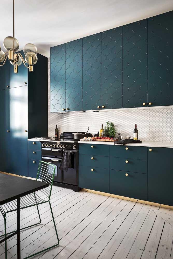 Cozinha linear planejada em tom de verde musgo