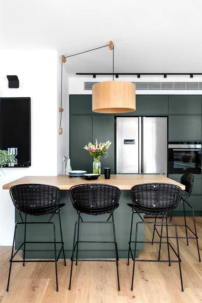 Aqui nessa cozinha moderna, o tom fechado e bem escuro do verde musgo forma um lindo contraste com os detalhes em preto