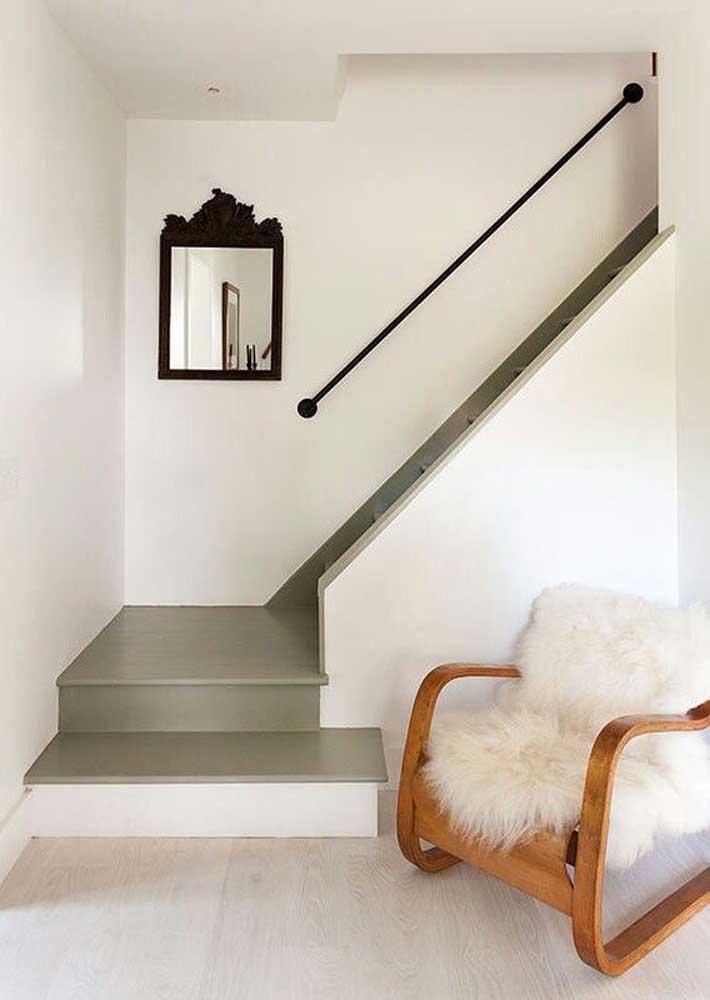 O verde musgo do piso da escada quebrou a monotonia branca do ambiente