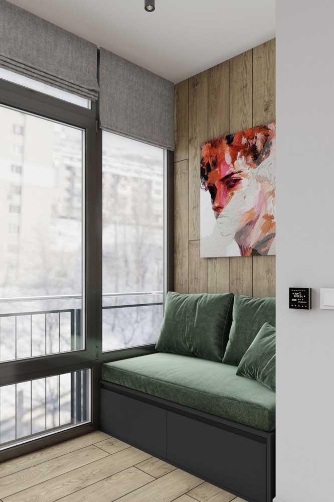 Em um formato mais minimalista essa namoradeira foi criada sobre a base de madeira que também tem função de armário
