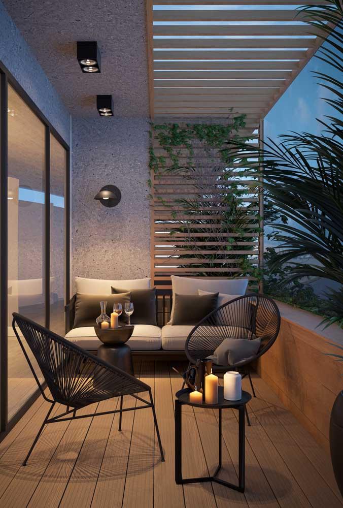 Nesse apartamento, a namoradeira na varanda é o convite perfeito para um encontro romântico