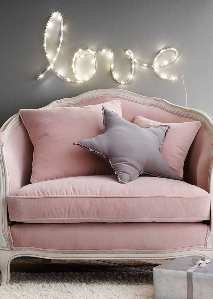 Clássica e cor de rosa: a namoradeira perfeita para os românticos de plantão; o letreiro em LED garante o toque de modernidade ao ambiente