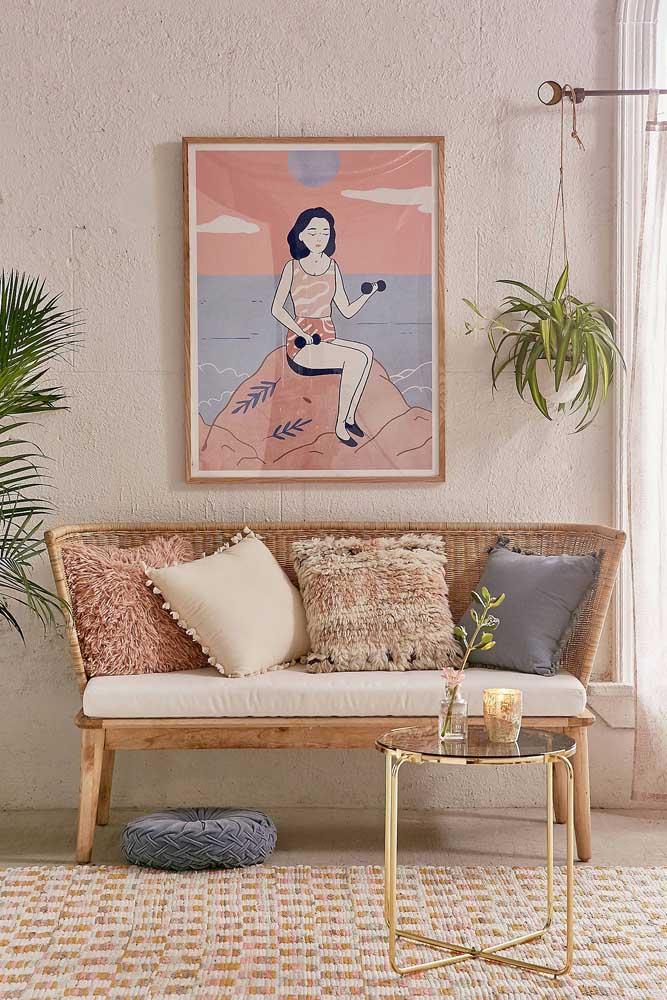 A delicada e romântica namoradeira de fibra natural ficou ainda mais bonita com os elementos ao seu redor: quadro, plantas, almofadas, tapete e mesa de centro