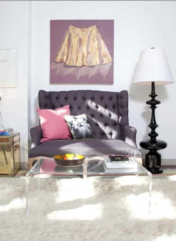 Para a sala de estar contemporânea, uma namoradeira de estilo clássico em cor marcante