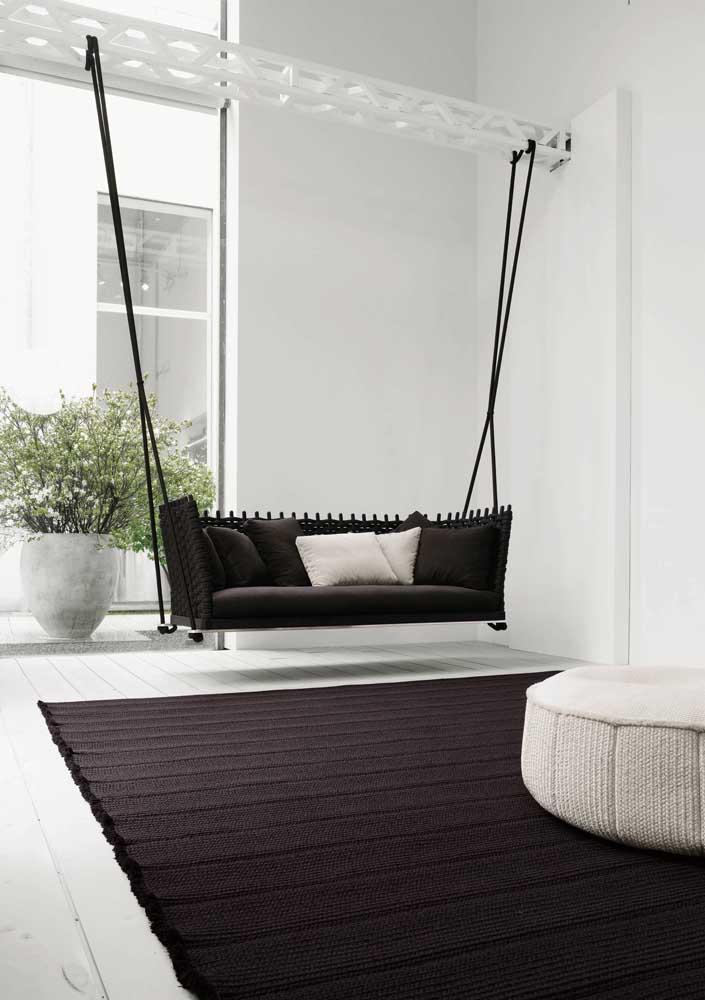 Olha que inspiração: namoradeira de balanço preta para sala de estar!