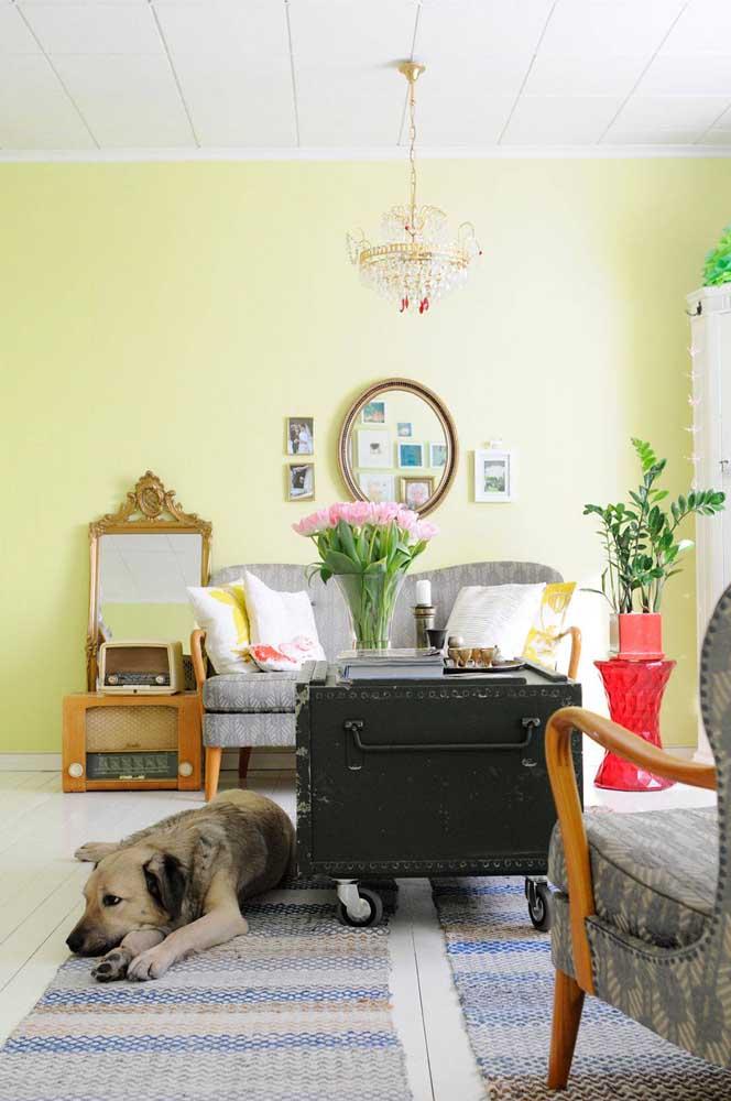 Essa sala cheia de personalidade apostou em uma namoradeira para acomodar com conforto e estilo as visitas