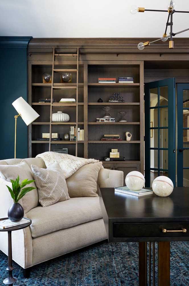 Namoradeira para sala de estar com luminária de chão; o layout sugere a criação de um cantinho de leitura