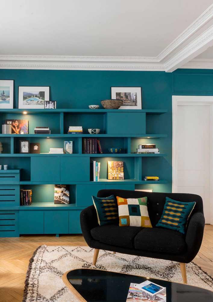 Namoradeira preta para contrastar com a parede de nichos azuis ao fundo