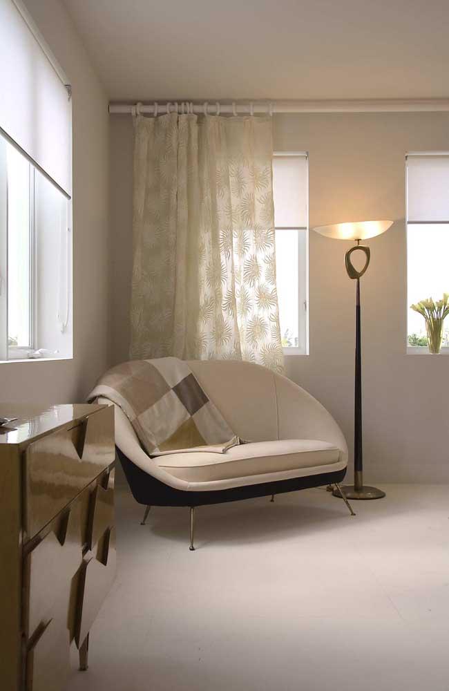 No quarto do casal, a namoradeira reforça o conforto e traz um toque a mais de romantismo