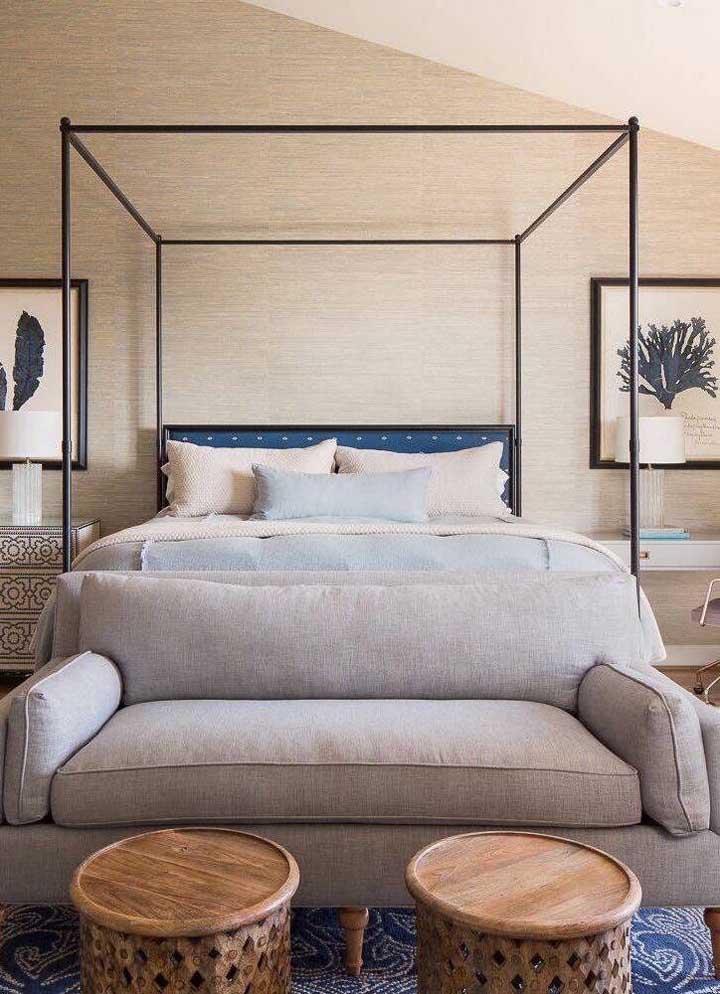 A sugestão aqui, nesse quarto de casal, é usar a namoradeira ao invés do tradicional recamier na beira da cama