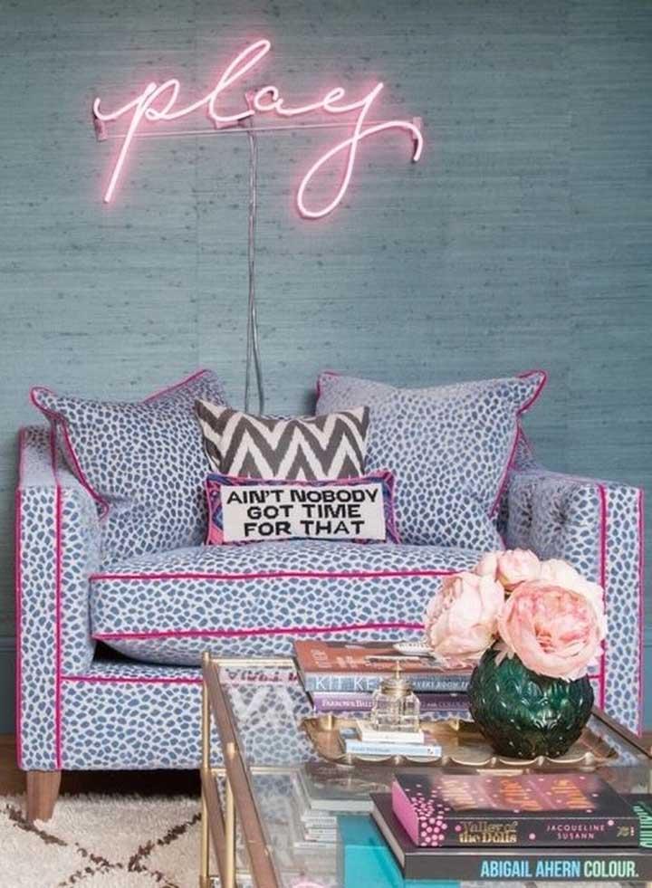 Para quem busca por uma proposta ousada e irreverente de decoração com namoradeira, a inspiração está aqui