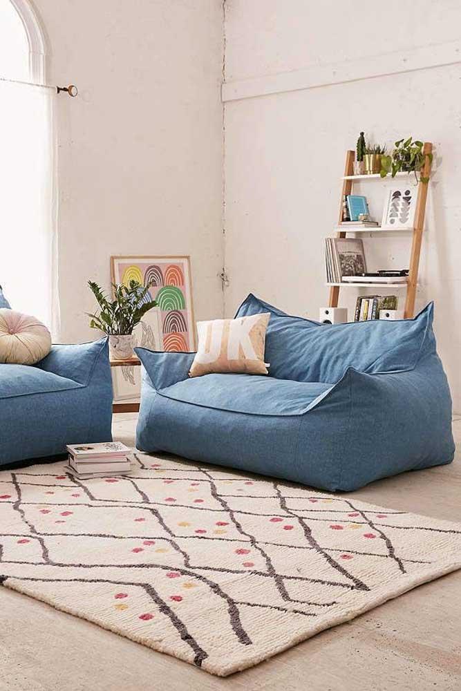 Nessa sala de estar, as namoradeiras fazem a vez do sofá; essa proposta é ideal, inclusive, para quem tem pouco espaço em casa para um sofá convencional