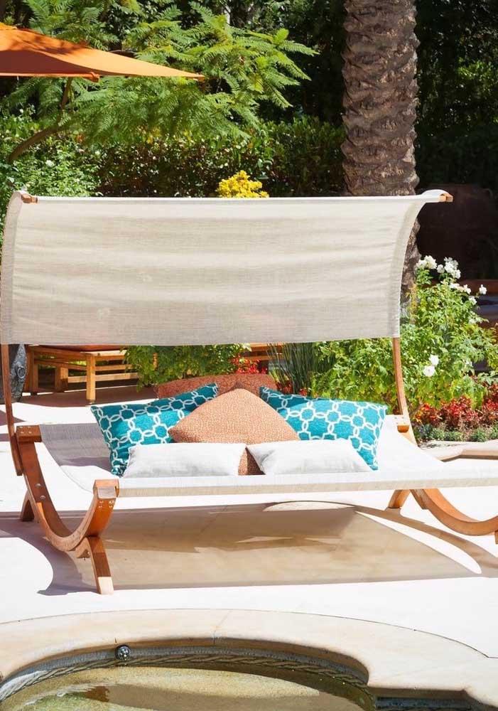 Linda e original essa espreguiçadeira em formato redondo com cobertura; perfeita para os dias de sol intenso