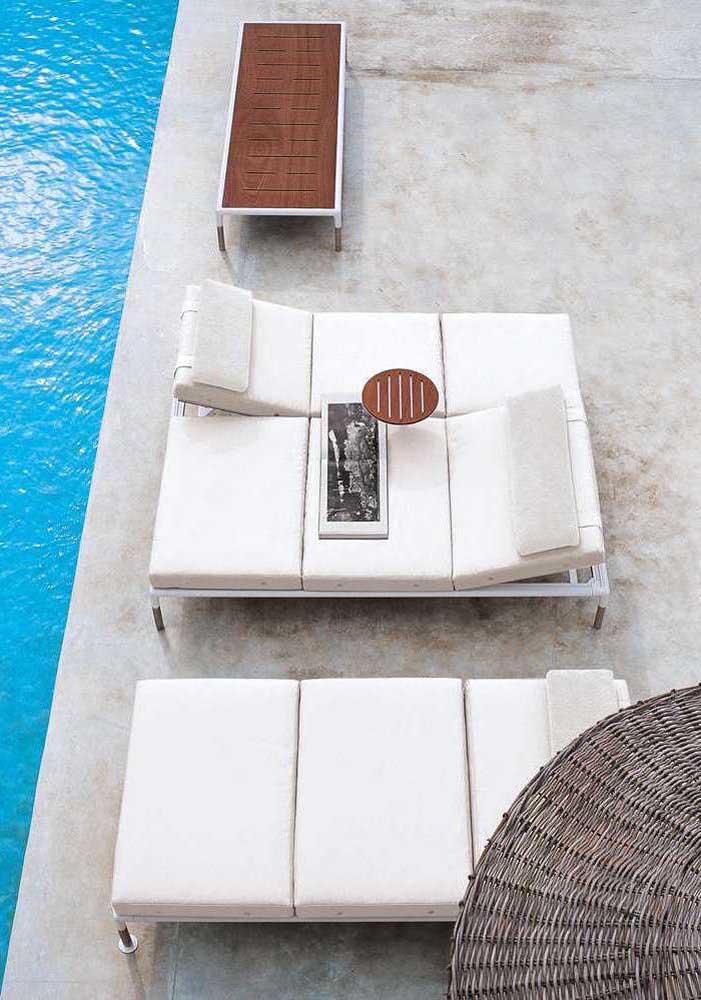 Espreguiçadeiras estofadas brancas para área externa; lembre-se de usar tecidos impermeáveis
