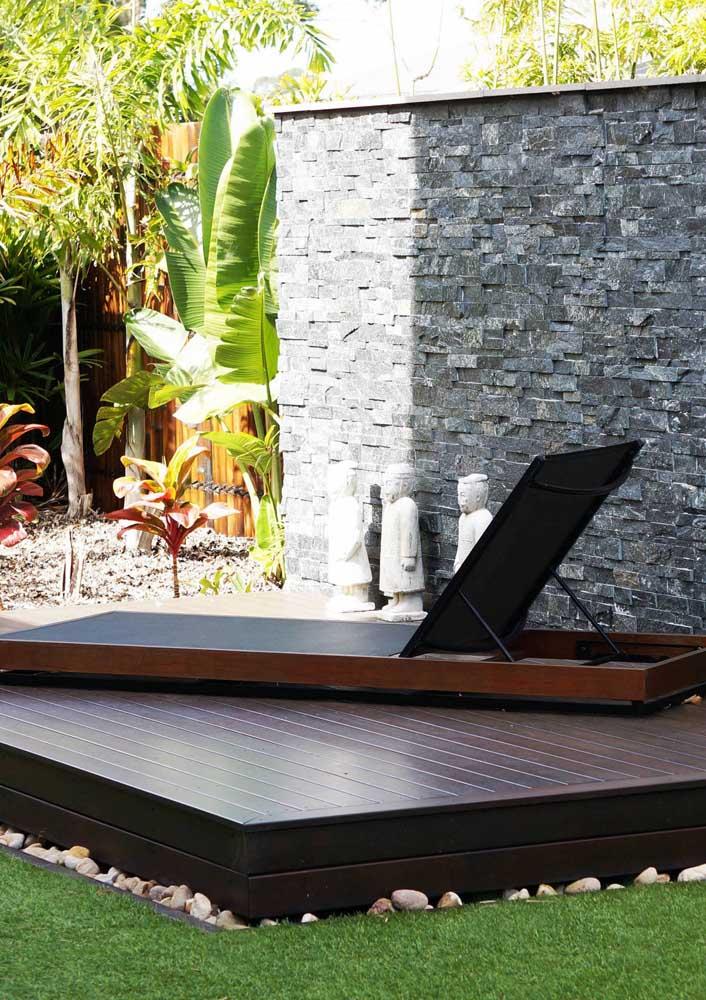 Super elegante essa espreguiçadeira de madeira com lona preta; o modelo clean e de linhas retas favorece o estilo moderno do espaço
