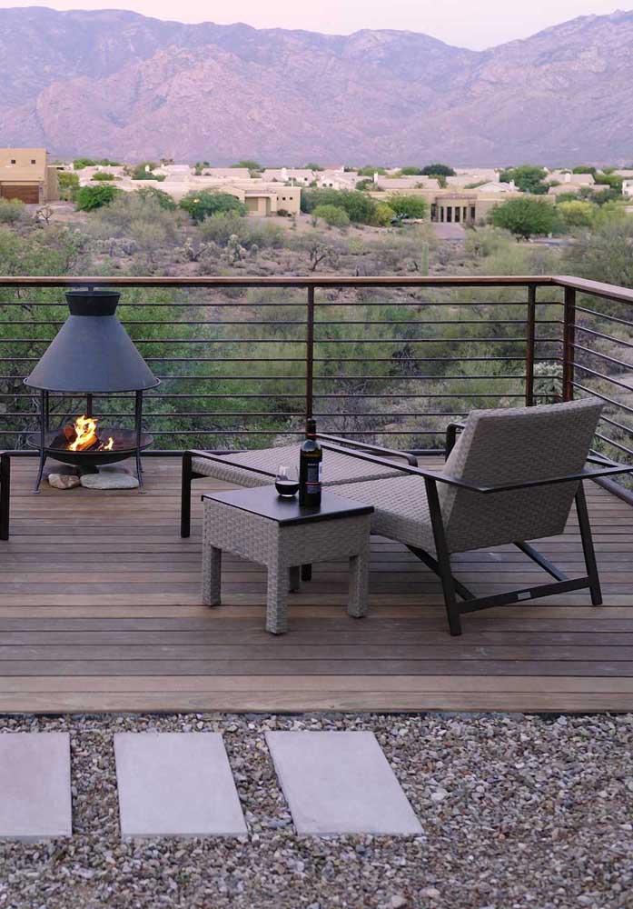 Uma lareira, um vinho e uma espreguiçadeira confortável para curtir a paisagem das montanhas