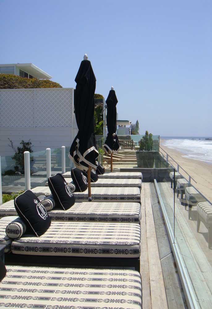 A beira mar, as espreguiçadeiras são um item praticamente obrigatório, afinal quem dispensa relaxar em um lugar desses?