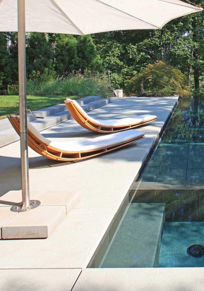 O design contemporâneo das espreguiçadeiras valoriza a área externa da piscina