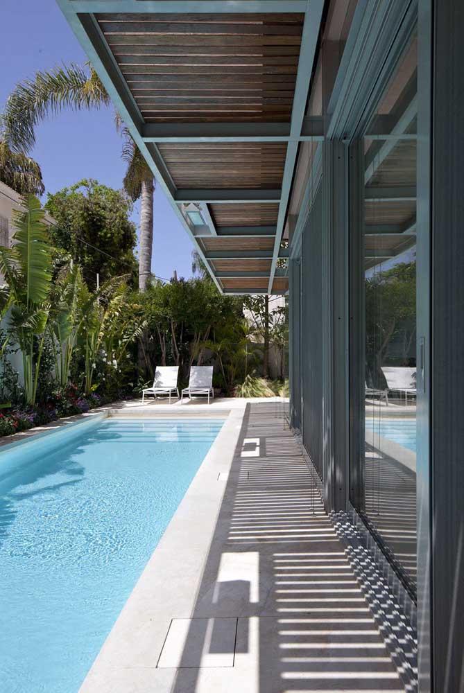 Espreguiçadeiras de plástico branco na beira da piscina: um modelo popular e tradicional que reúne conforto, estética e funcionalidade