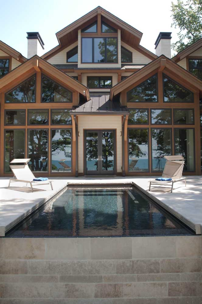 Espreguiçadeiras reclináveis com pequena cobertura; modelo ideal para levar de um lado para o outro ao redor da piscina