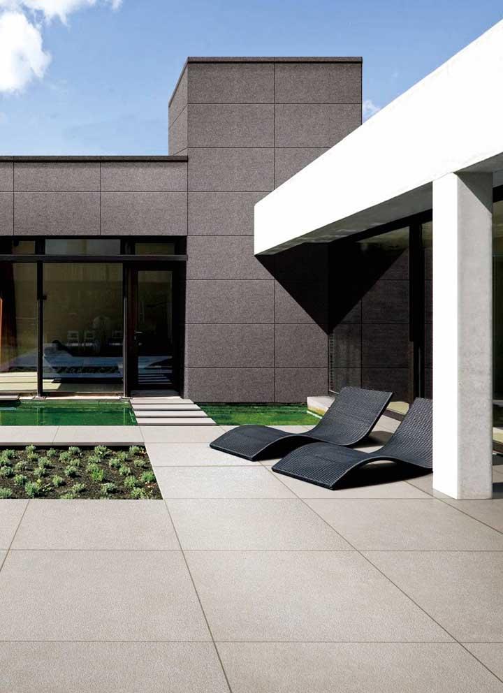 Par de espreguiçadeiras pretas para decorar a área externa da casa moderna