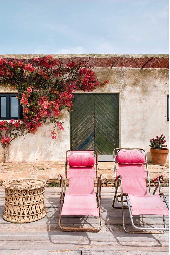 O estilo rústico e provençal dessa casa se alinhou muito bem com as cadeiras de aspecto enferrujado, com jeitão de shabby chic