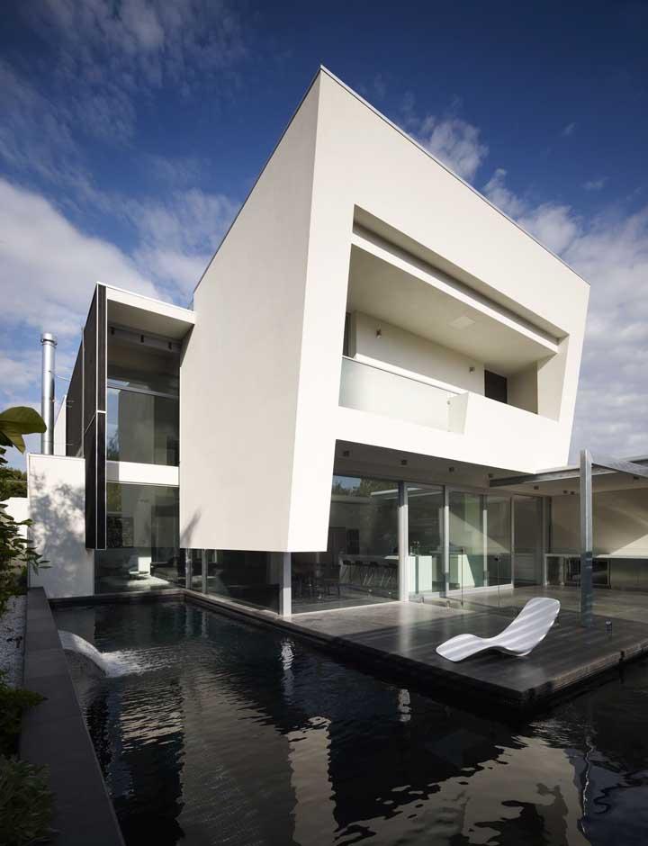Já para a casa de arquitetura contemporânea, a espreguiçadeira não poderia ser de outra forma