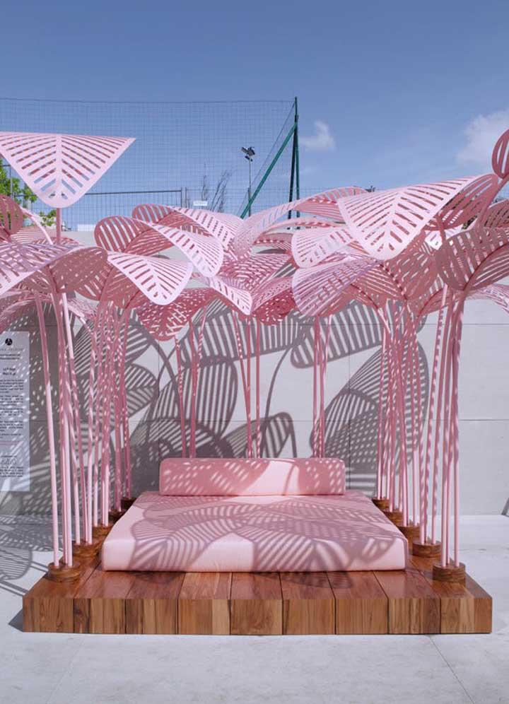 Que linda área externa! Aqui, não é só a espreguiçadeira cor de rosa que se destaca, pelo contrário, as folhas de metal pintadas na cor do móvel criam um maravilhoso efeito visual