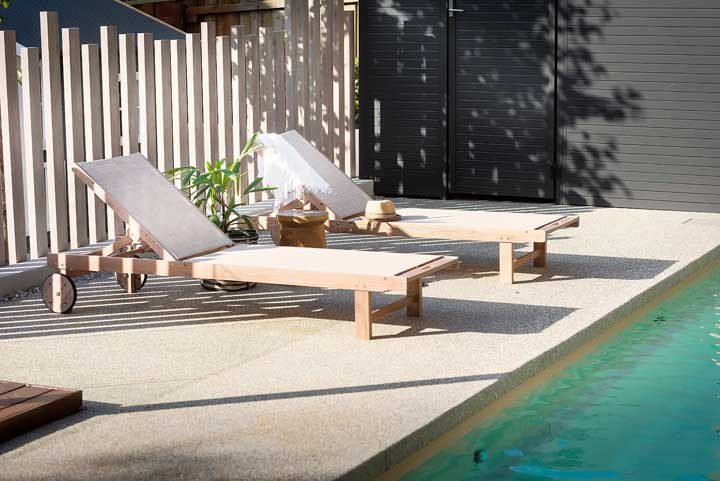 Espreguiçadeira de madeira com rodinhas; modelo moderno e multi funcional