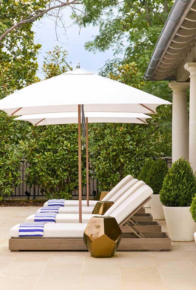 Espreguiçadeiras e ombrelones: uma combinação perfeita para curtir os dias de sol e calor