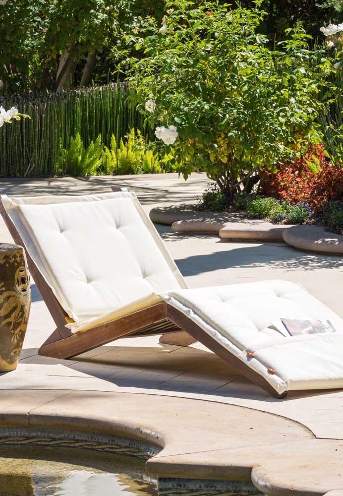 Charme e elegância para a área externa com essa espreguiçadeira de madeira e almofadas brancas