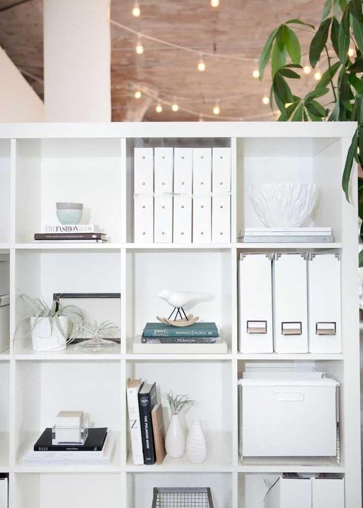 Opção de prateleira com nichos para escritório; o branco predomina no espaço