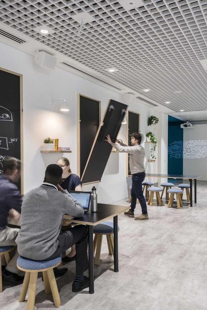 Uma inspiração para quem está buscando móveis para escritório multifuncionais e que otimizem espaço