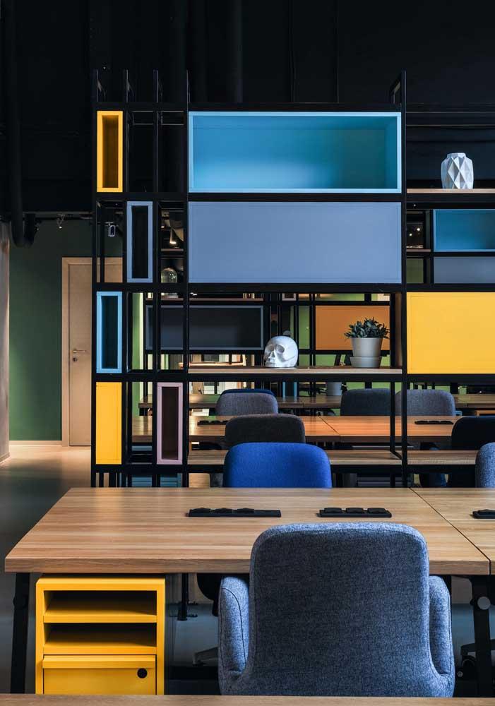 Escritório com nichos coloridos nas estantes e na mesa, criando um espaço descontraído e divertido.