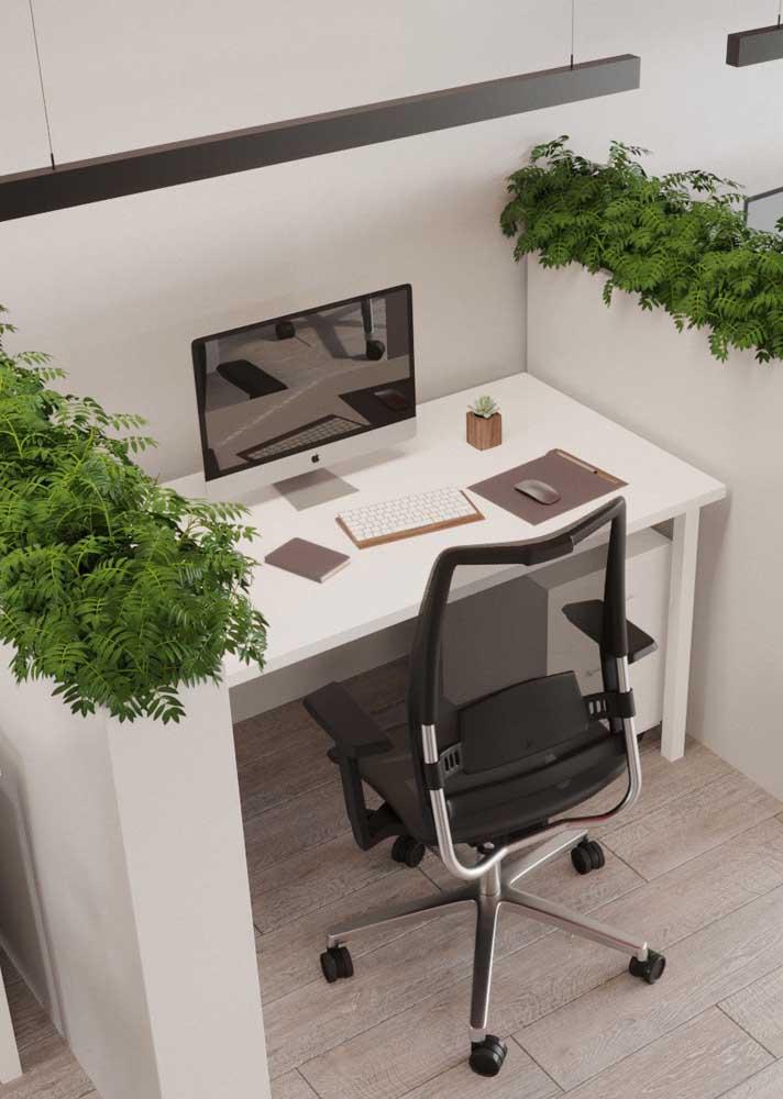 A mesa de escritório simples, mas cheia de estilo, traz um jardim aéreo e luminárias modernas
