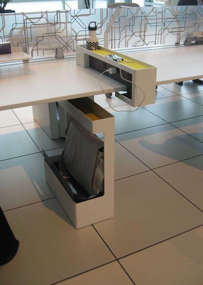 O destaque aqui vai para os acessórios da mesa do escritório que aumentaram a funcionalidade do móvel